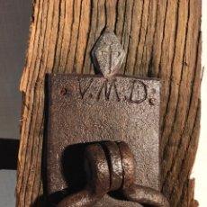 Antigüedades: ANTIGUA CERRADURA / PESTILLO FORJA CON INICIALES GRABADAS. Lote 180510362