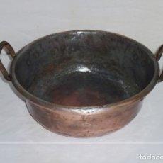 Antigüedades: ANTIGUA CALDERA MARMITA DE COBRE Y ASAS DE HIERRO.34 CM DE BOCA.. Lote 180510616