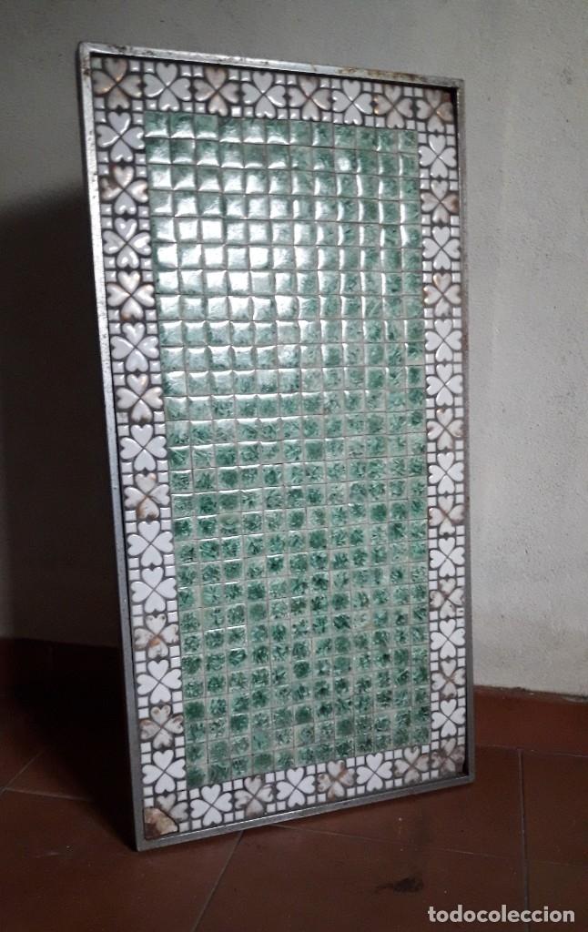 TABLERO DE TESELAS DE CUARCITA Y MÁRMOL VERDE DE UNA ANTIGUA MESA BAJA. (Antigüedades - Muebles Antiguos - Mesas Antiguas)