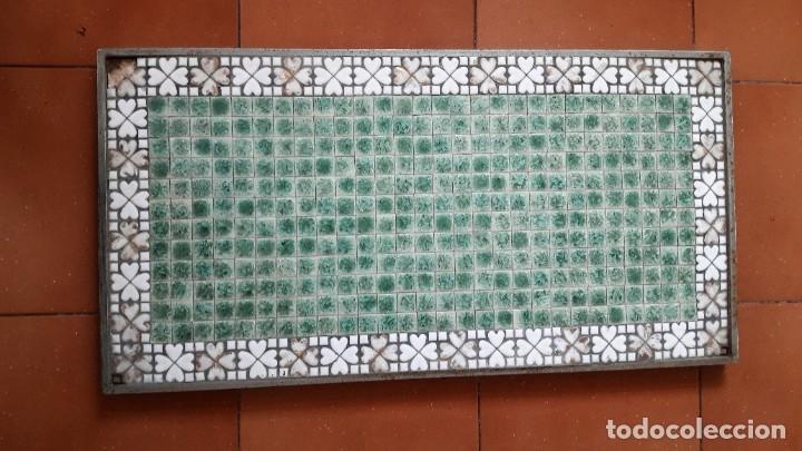Antigüedades: TABLERO DE TESELAS DE CUARCITA Y MÁRMOL VERDE DE UNA ANTIGUA MESA BAJA. - Foto 2 - 180510621