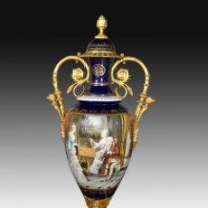 Antigüedades: JARRÓN. PORCELANA AZUL COBALTO Y BRONCE DORADO. SIGLO XX.. Lote 180647185