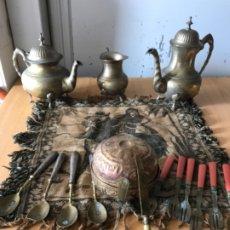 Antigüedades: JUEGO ARABE CAFÉ CON COMPLEMENTOS PARTES PLATA. INCLUYE EL MANTEL Y TODO LO QUE SE VE. Lote 180858660