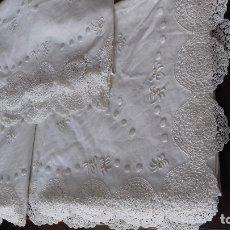 Antigüedades: MUY ANTIGUA SABANA CON FUNDA BORDADA A MANO CON PRECIOSAS PUNTAS DE CROCHET, SIN ESTRENAR. REMATADA.. Lote 180869851