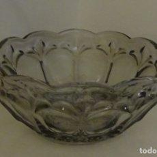Antigüedades: CENTRO DE MESA. VIDRIO PRENSADO. ALTURA 9,5 CM DIÁMETRO 21 CM. PESO 1170 GRAMOS. Lote 180870785