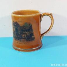 Antigüedades: JARRA DE WHISKY DE PORCELANA WADE IRLANDA, OLD COACH HOUSE STRATFORD 9,50 CM ALTO. Lote 180890423