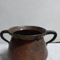 Antigüedades: ANTIGUA OLLA EN COBRE CON DOS ASAS EN HIERRO CON REMACHES. Lote 180895161