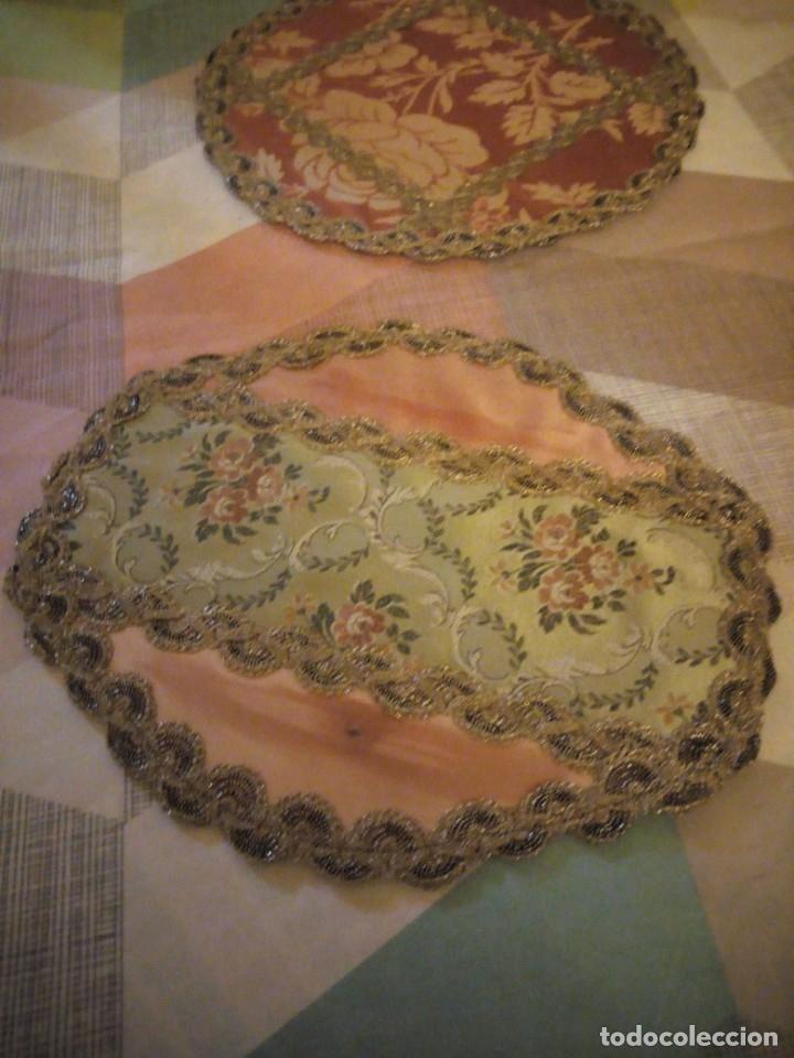 Antigüedades: Lote de 2 tapetes redondo y ovalado hechos de tejidos y puntilla metálica dorada. - Foto 2 - 180896505