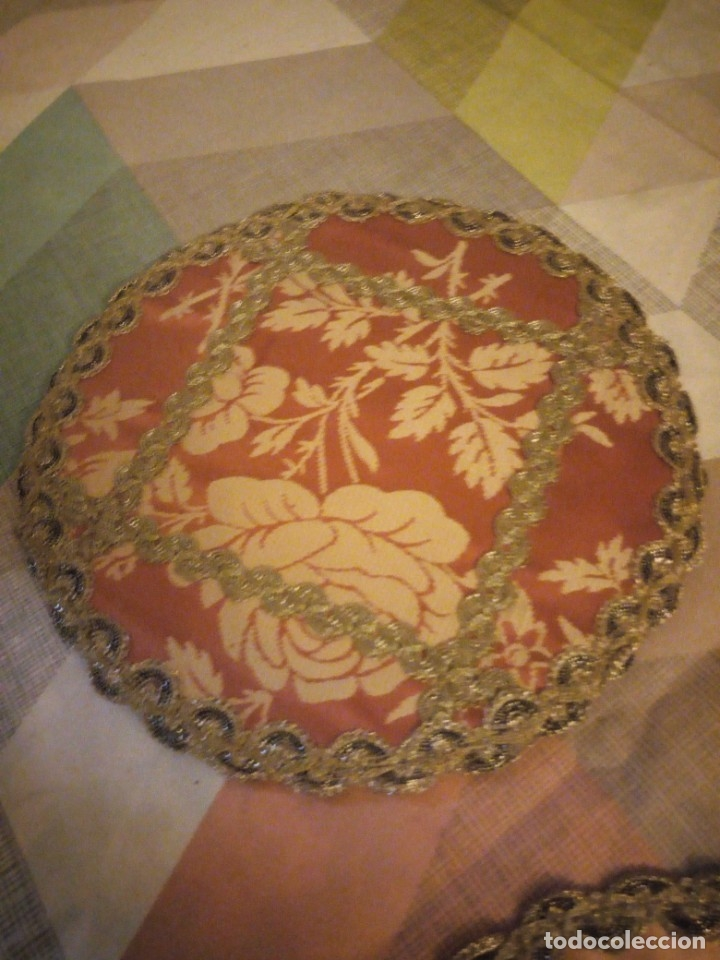 Antigüedades: Lote de 2 tapetes redondo y ovalado hechos de tejidos y puntilla metálica dorada. - Foto 3 - 180896505