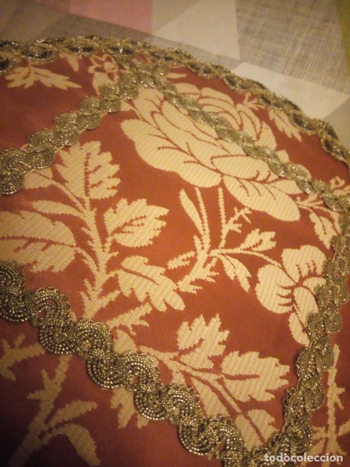Antigüedades: Lote de 2 tapetes redondo y ovalado hechos de tejidos y puntilla metálica dorada. - Foto 5 - 180896505