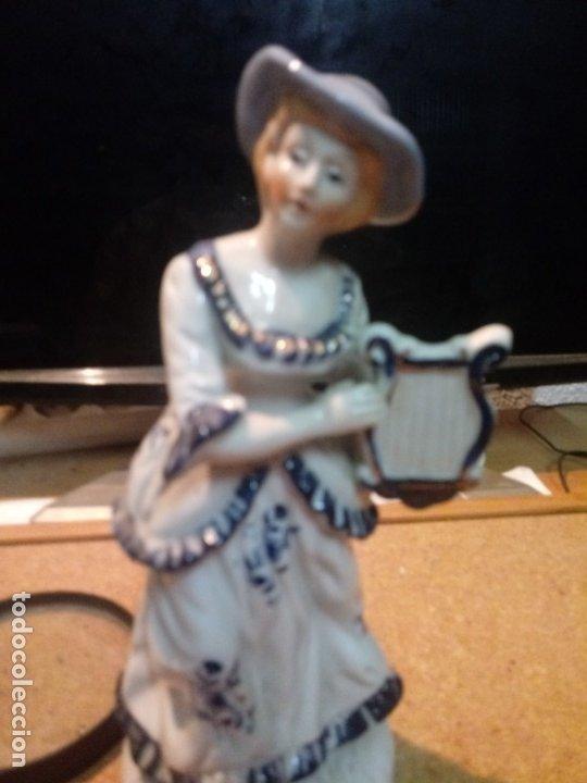 FIGURA DE MUJER EN PORCELANA DE 20 CM (Antigüedades - Porcelanas y Cerámicas - Otras)