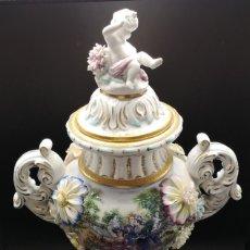 Antigüedades: JARRON EN PORCELANA ANTIGUA CON ESCENA ROMANTICA DE MUJERES. Lote 180945277