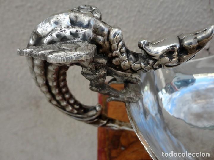 Antigüedades: Fuente o centro de mesa con asas de dragones alados, alpaca plateada - Foto 4 - 181000507