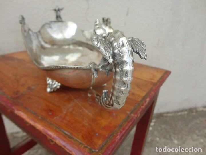 Antigüedades: Fuente o centro de mesa con asas de dragones alados, alpaca plateada - Foto 8 - 181000507