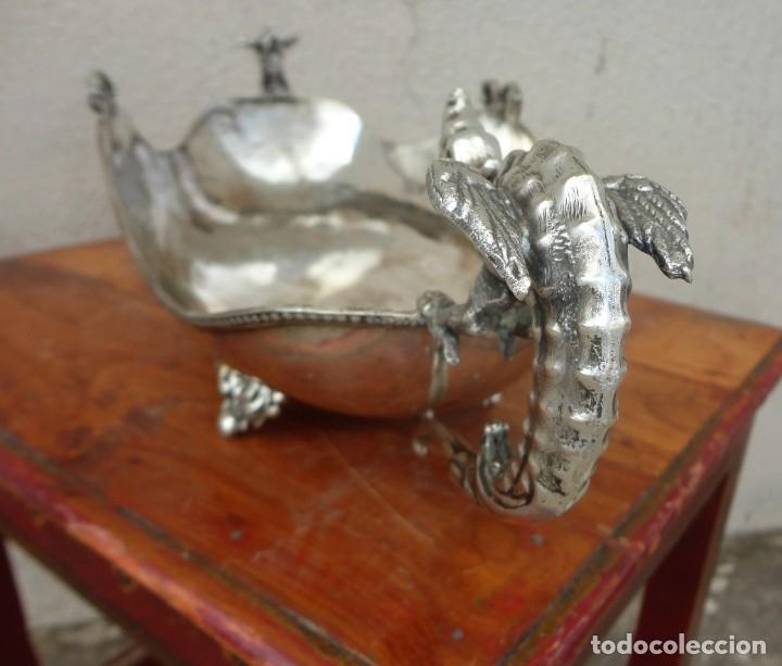 Antigüedades: Fuente o centro de mesa con asas de dragones alados, alpaca plateada - Foto 9 - 181000507
