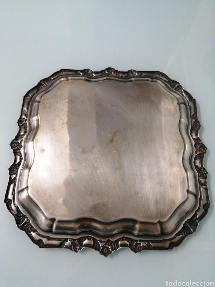 Antigüedades: MAJESTUOSA Y ANTIGUA BANDEJA METAL PLATEADO. MOTIVOS FLORALES. +600 GRAMOS. 32X32 CM. - Foto 2 - 181005118