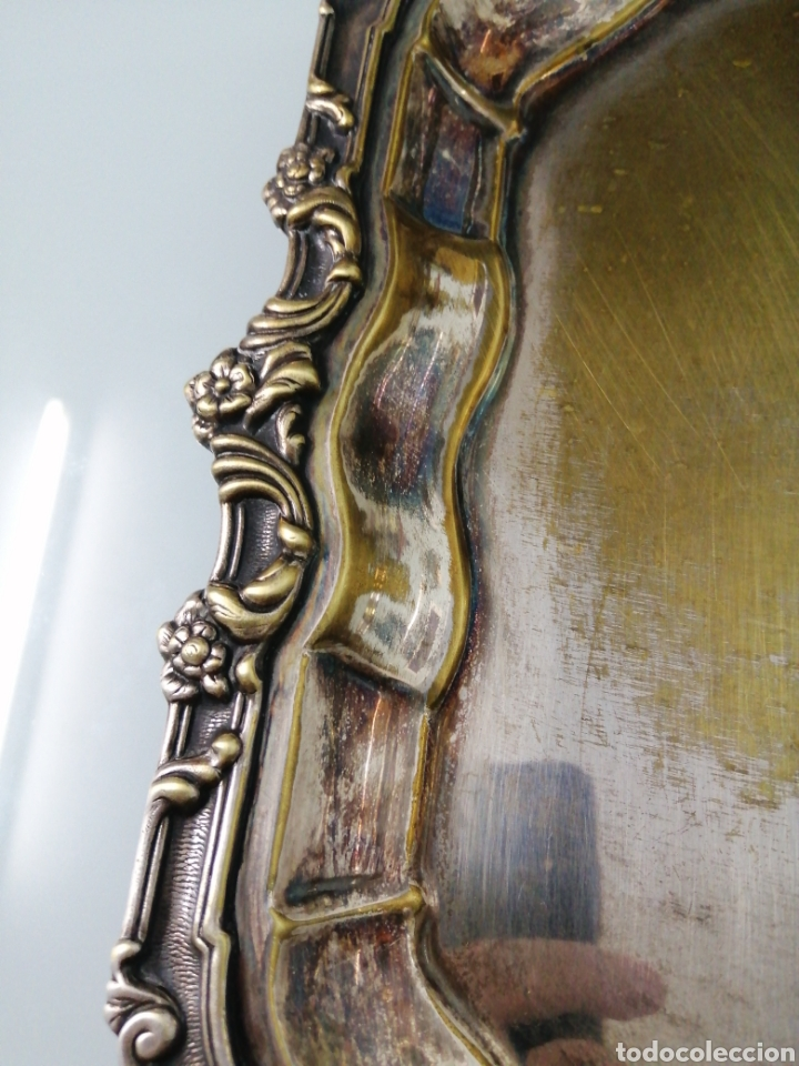 Antigüedades: MAJESTUOSA Y ANTIGUA BANDEJA METAL PLATEADO. MOTIVOS FLORALES. +600 GRAMOS. 32X32 CM. - Foto 3 - 181005118