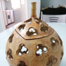 Antigüedades: PRECIOSO CANDELERO DE CERÁMICA. FIRMADO JAVI. VALLADOLID?. CON FORMA DE CALABAZA. 18X15 CM.. Lote 181008358