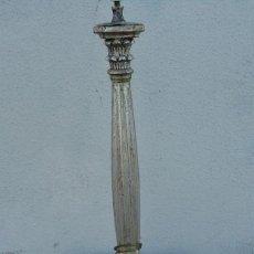 Antigüedades: LAMPARA DE SOBREMESA EN MADERA TALLADA Y ACABADO EN PAN DE PLATA . Lote 181017508