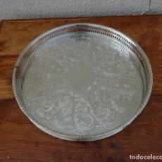 Antigüedades: BANDEJA REDONDA CON BARANDILLA ALPACA PLATEADA, MARCAS INGLESAS . Lote 181035362