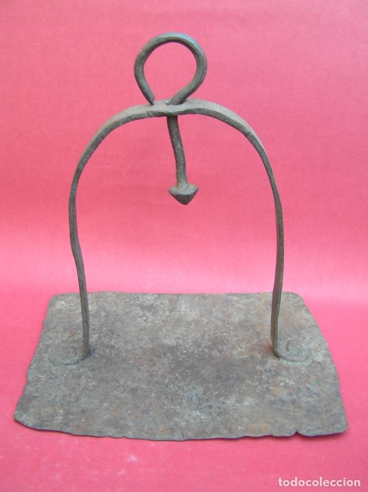 Antigüedades: TEDERO de hierro forjado del siglo XVIII O XIX. - Foto 13 - 181115480