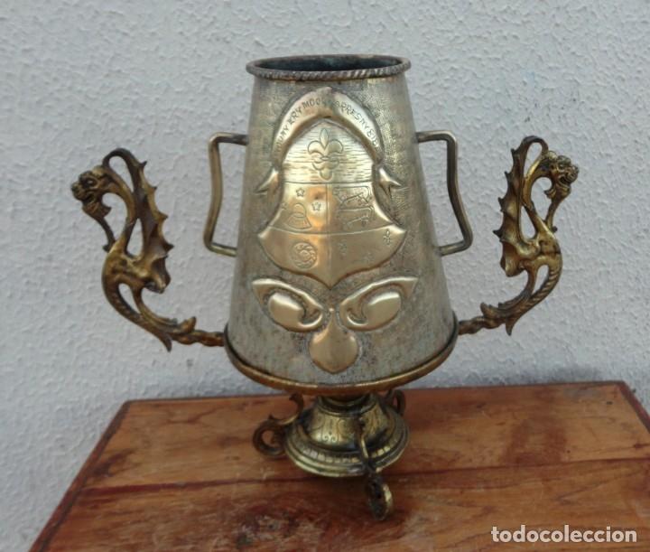 JARRA ANTIGUA GRABADA DE LATON CON BASE EN BRONCE (Antigüedades - Hogar y Decoración - Copas Antiguas)