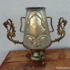 Antigüedades: JARRA ANTIGUA GRABADA DE LATON CON BASE EN BRONCE . Lote 181123570
