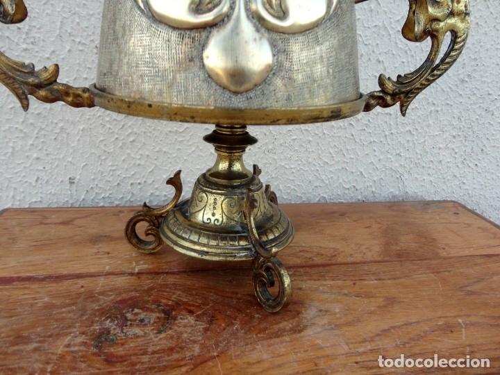 Antigüedades: Jarra antigua grabada de laton con base en bronce - Foto 2 - 181123570