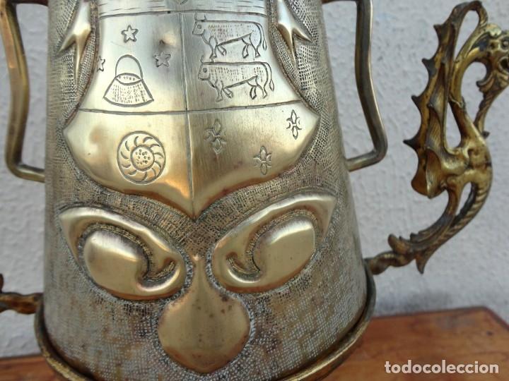 Antigüedades: Jarra antigua grabada de laton con base en bronce - Foto 4 - 181123570