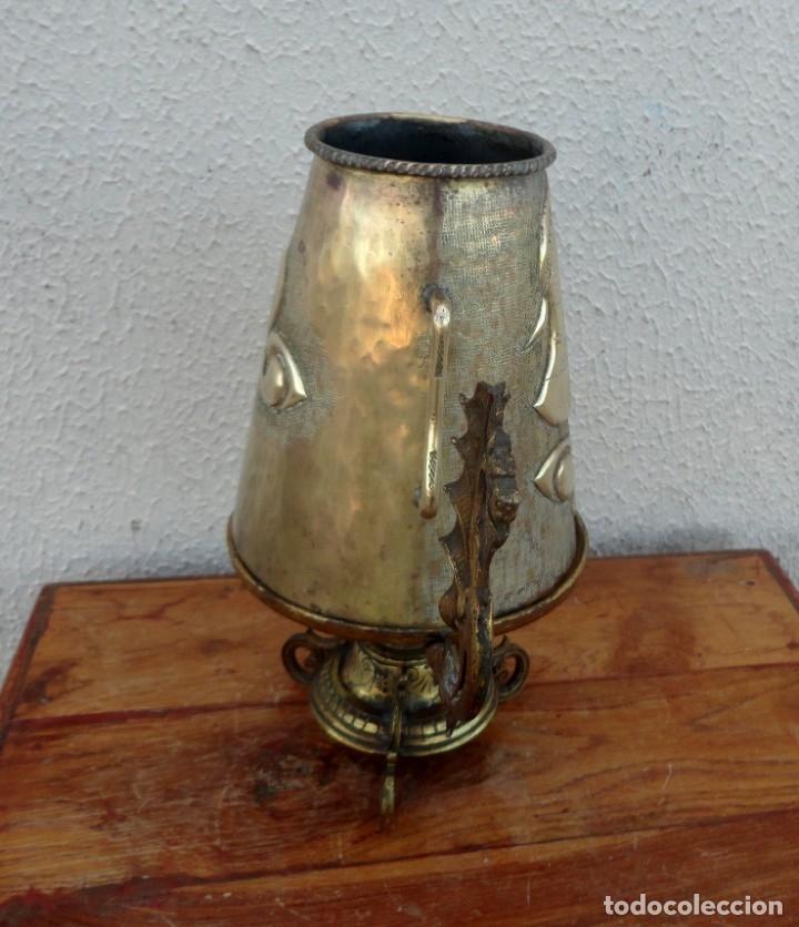Antigüedades: Jarra antigua grabada de laton con base en bronce - Foto 8 - 181123570