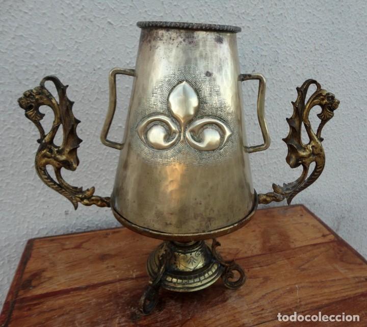 Antigüedades: Jarra antigua grabada de laton con base en bronce - Foto 9 - 181123570