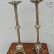 Antigüedades: PAREJA DE VELONES RELIGIOSOS NEOGOTICOS ANTIGUOS DE BRONCE . Lote 181126451