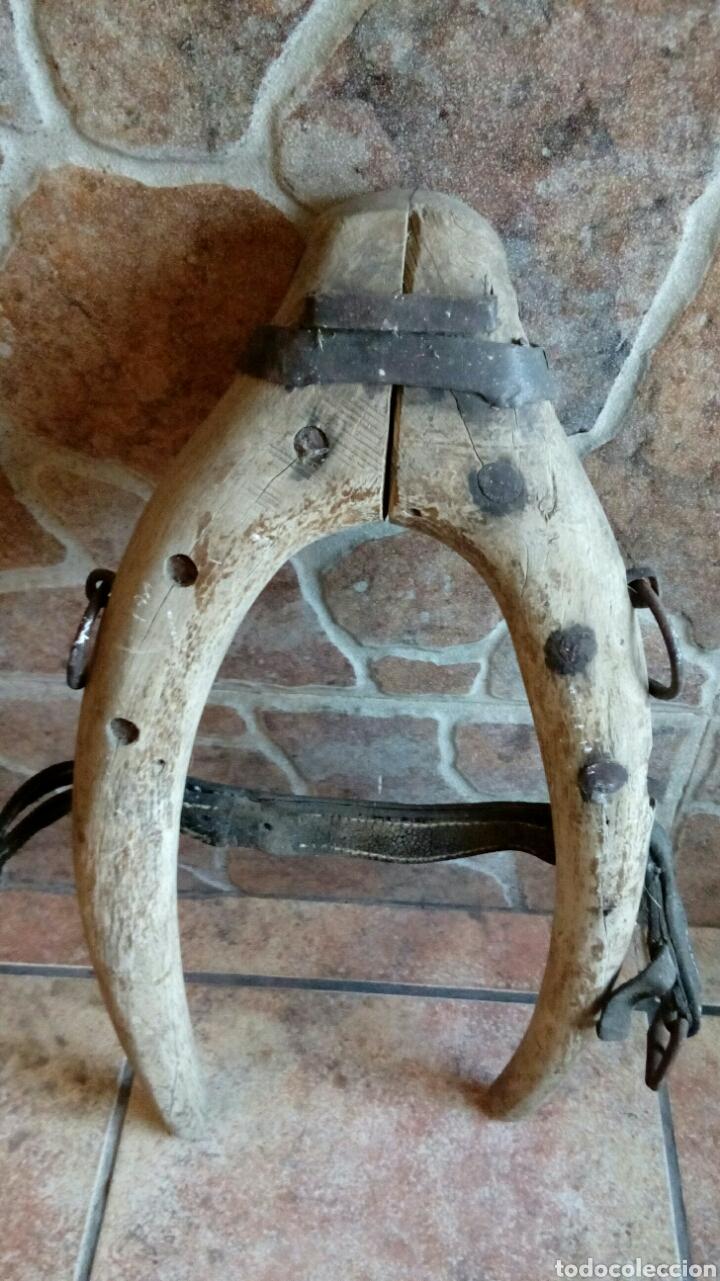 Antigüedades: Antiguo yugo de madera y hierro - Foto 4 - 196955206