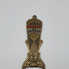 Antigüedades: ABRIDOR ANTIGUO HEBREO EN BRONCE CINDELADO CON MENORÁ .. Lote 181155215