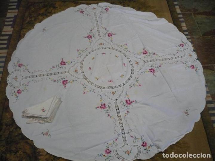 MANTEL REDONDO DE 1'6 M DIAMETRO BORDADO A MANO PUNTO DE CRUZ Y 8 SERVILLETAS (Antigüedades - Hogar y Decoración - Manteles Antiguos)
