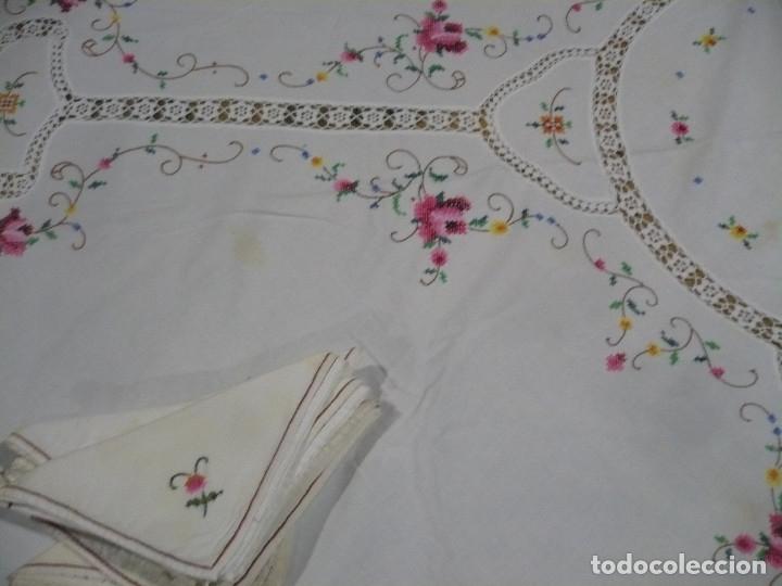 Antigüedades: Mantel redondo de 16 m diametro bordado a mano punto de cruz y 8 servilletas - Foto 2 - 181168673
