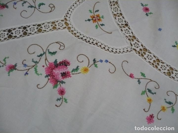 Antigüedades: Mantel redondo de 16 m diametro bordado a mano punto de cruz y 8 servilletas - Foto 3 - 181168673