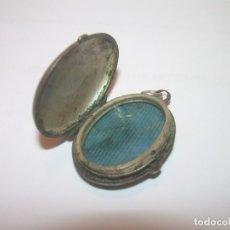 Antigüedades: ANTIGUO Y PEQUEÑO RELICARIO O GUARDAPELOS DE PLATA CINCELADA...SIGLO XIX.......VER FOTOS.. Lote 181202805