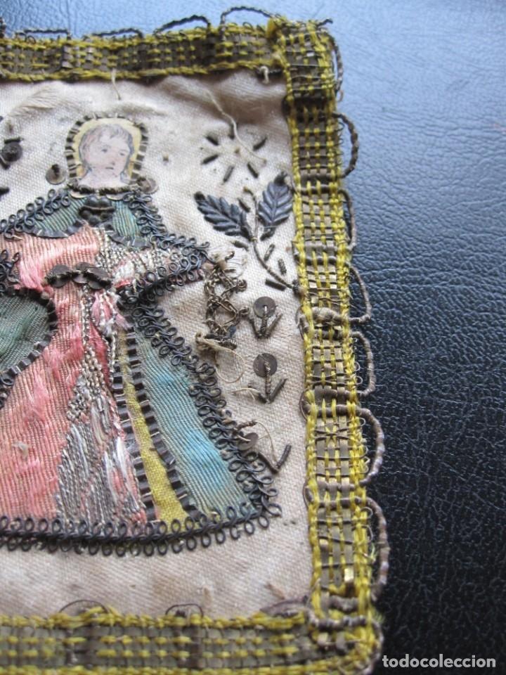 Antigüedades: ESCAPULARIO DE TELA BORDADA DE LA VIRGEN DEL XIX - Foto 6 - 181203206