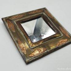 Antigüedades: ESPEJO ANTIGUO EN LATÓN CON APLICACIONES DE COBRE Y METAL PLATEADO, HECHO EN LA INDIA . . Lote 181211092