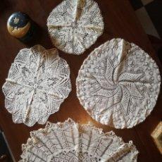 Antigüedades: CUATRO TAPETES REDONDOS COLOR BEIGE.. Lote 181218866