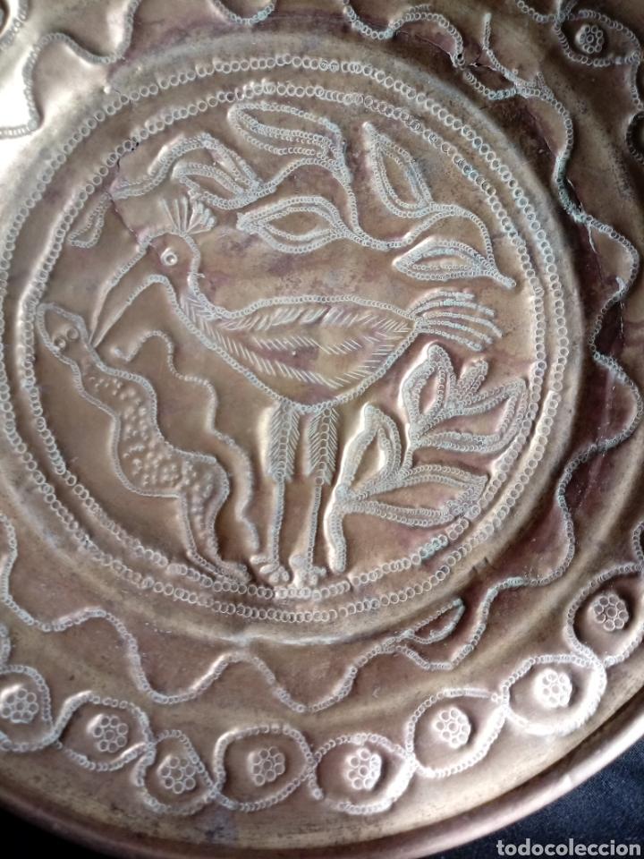 Antigüedades: Antiguo plato o bandeja repujado de latón - Foto 4 - 181375277