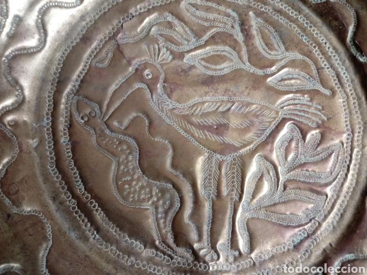 Antigüedades: Antiguo plato o bandeja repujado de latón - Foto 6 - 181375277
