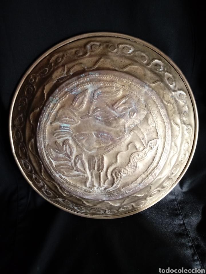 Antigüedades: Antiguo plato o bandeja repujado de latón - Foto 7 - 181375277