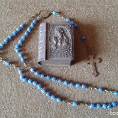 Antigüedades: ANTIGUO ROSARIO DEL SAGRADO CORAZON DE JESUS CON SU ESTUCHE - CUENTAS DE PIEDRAS AZULES. Lote 181406451