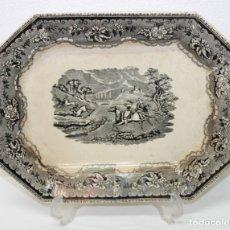 Antigüedades: FUENTE EN LOZA DE CARTAGENA FÁBRICA LA AMISTAD - MOTIVO CAZA DE CIERVOS - SIGLO XIX. Lote 181412606