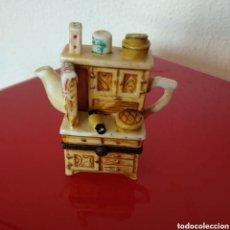 Antigüedades: CAJITA EN FORMA DE TETERA Y ALACENA. Lote 207160655