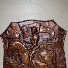Antigüedades: ESCUDO HERALDICO COBRE ICONO DE JUANA DE ARCO MEDIEVAL PORTANDO BANDERA MECAP BELGICA 74 CM. Lote 181468332
