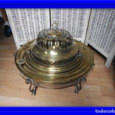 Antigüedades: FANTASTICO BRASERO ANTIGUO DE LATON DORADO SOBRE MADERA DE CALIDAD. Lote 181478766