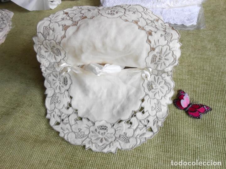 Antigüedades: Muy bonita antiqua cubre caja pañuelos.Lino blanco bordado a mano.Años 70 - Foto 2 - 240875120