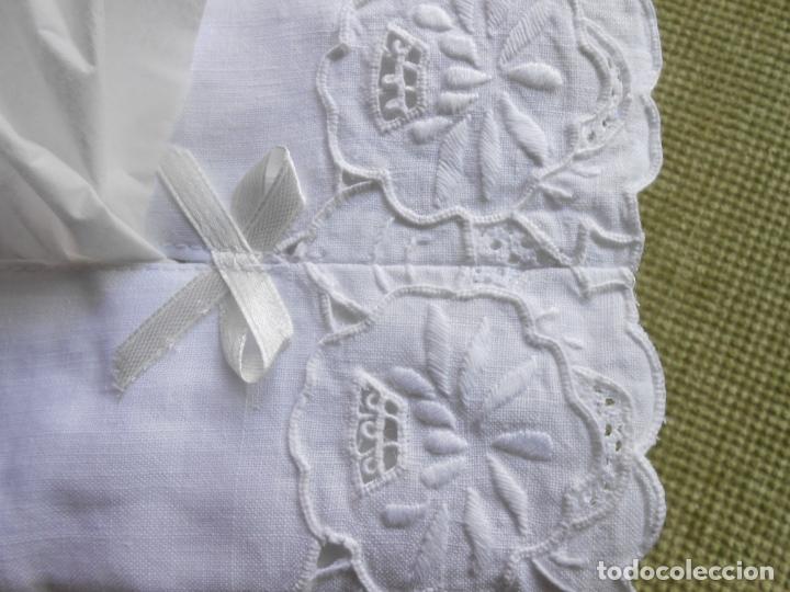 Antigüedades: Muy bonita antiqua cubre caja pañuelos.Lino blanco bordado a mano.Años 70 - Foto 5 - 240875120